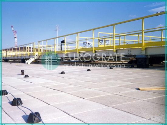 parapetti di sicurezza installati sul tetto di un aeroporto