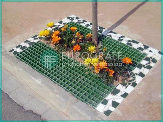grigliati e fiori come design ornamentale per la chiusura di una buca