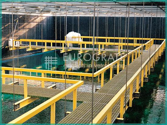 strutture autoportanti con grigliati e parapetti di protezione per il passaggio dei visitatori in un acquario