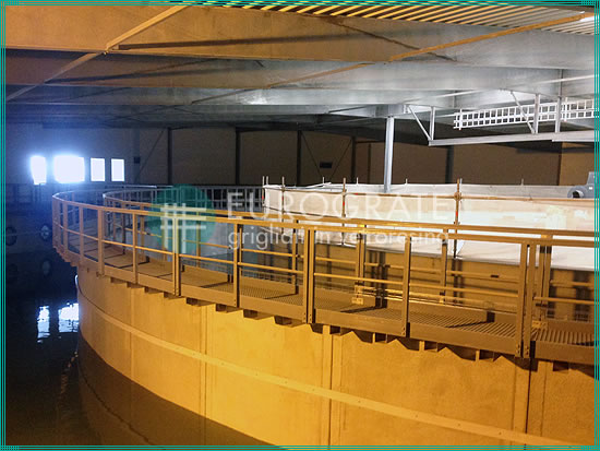 passerelle con grigliati e parapetti di protezione installati in un serbatoio nell'industria ittica