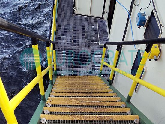 coprigradini e parapetti per la protezione del personale su piattaforme in mezzo al mare
