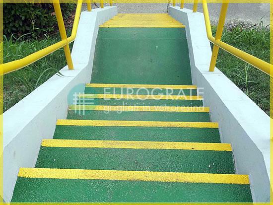 Le scale in cemento ricoperti dai coprigradini in vetroresina evitano lo scivolamento delle persone