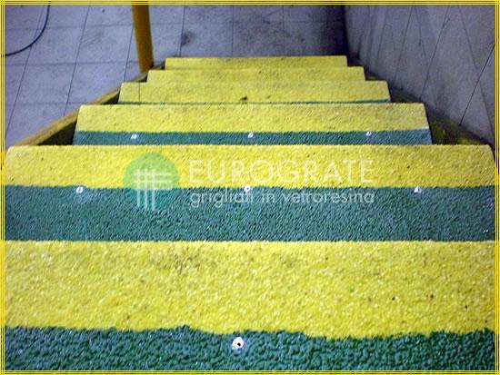 I colori verde e giallo dei coprigradini per rendere visibili i gradini con una bassa illuminazione