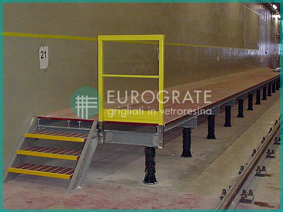 Gradini e pavimenti grigliati in uno stabilimento ferroviario