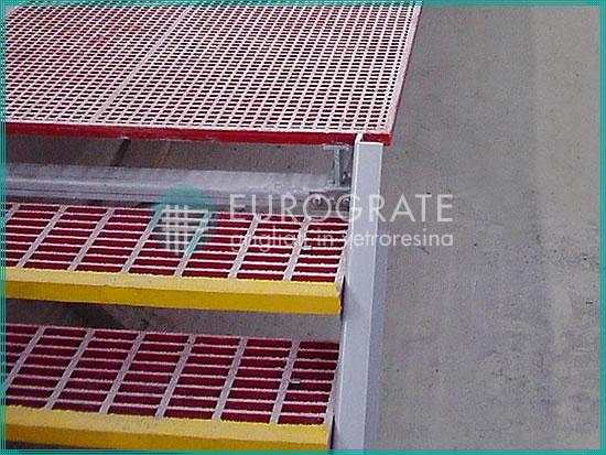 Gradini grigliati di colore rosso e giallo per la sicurezza dei dipendenti