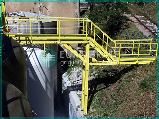 installazioni di recinzioni industriali, grigliati e scale alla marinara presso la sede del cliente